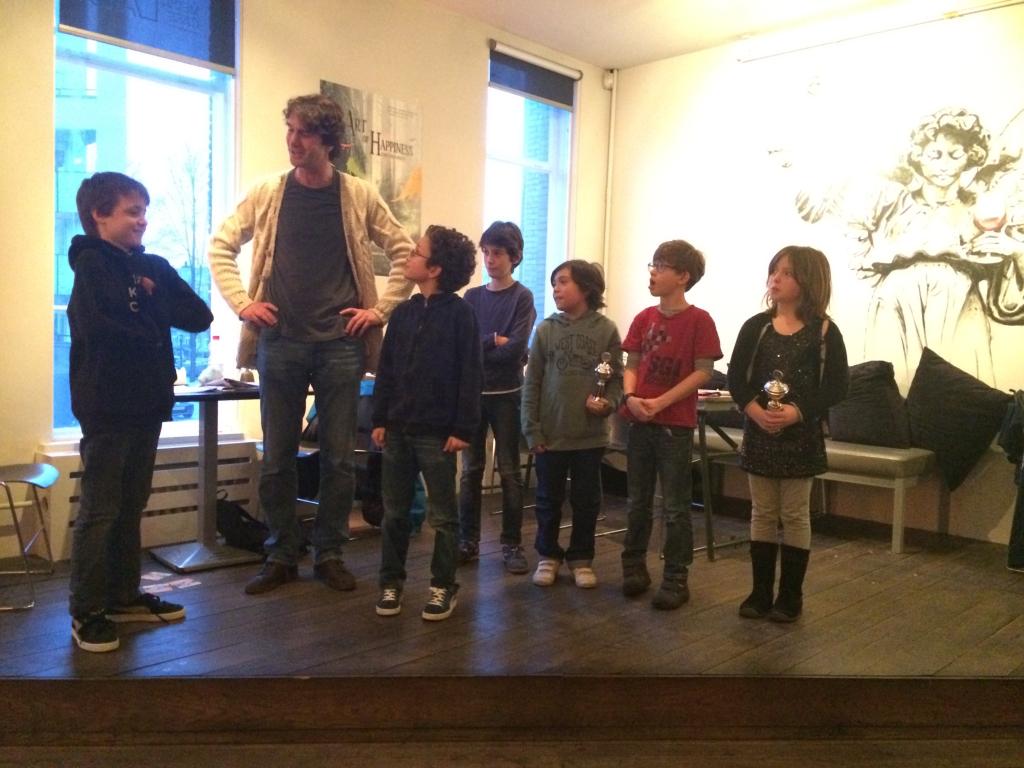 Toernooidirecteur Aleks met van links naar rechts Maarten, Leon, Milan, Charles, Matteo en Eline.